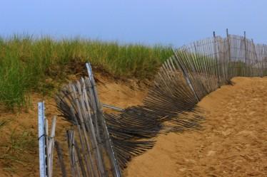 broken-fence-on-the-beach-1332998-1920x1280