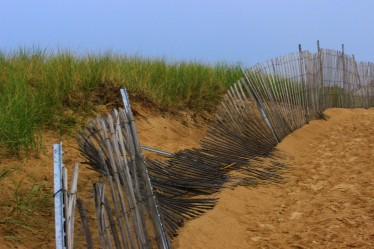 broken-fence-on-the-beach-1332998-1920x1280